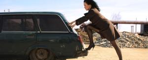 dziewczyna pchająca samochód 3